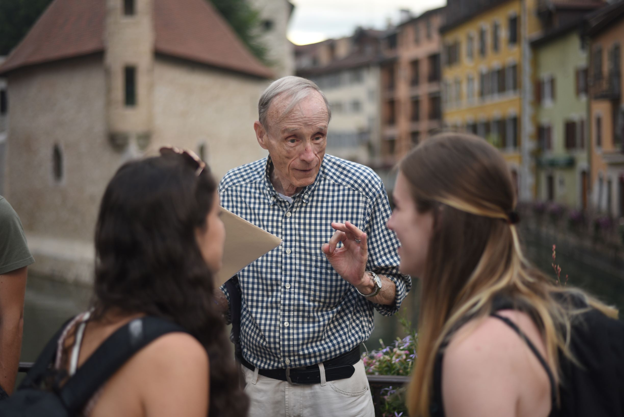 David Pauling speaking to two students in Annecy